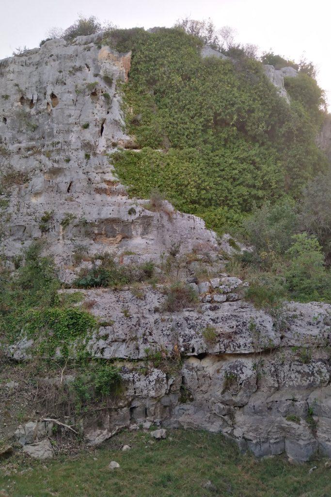Parete rocciosa per esercitazione speleologica LA CAVA SANT'ANTONINO (RONNA FRIDDA) DI SCICLI. TRA GEOTURISMO E ARCHEOLOGIA.