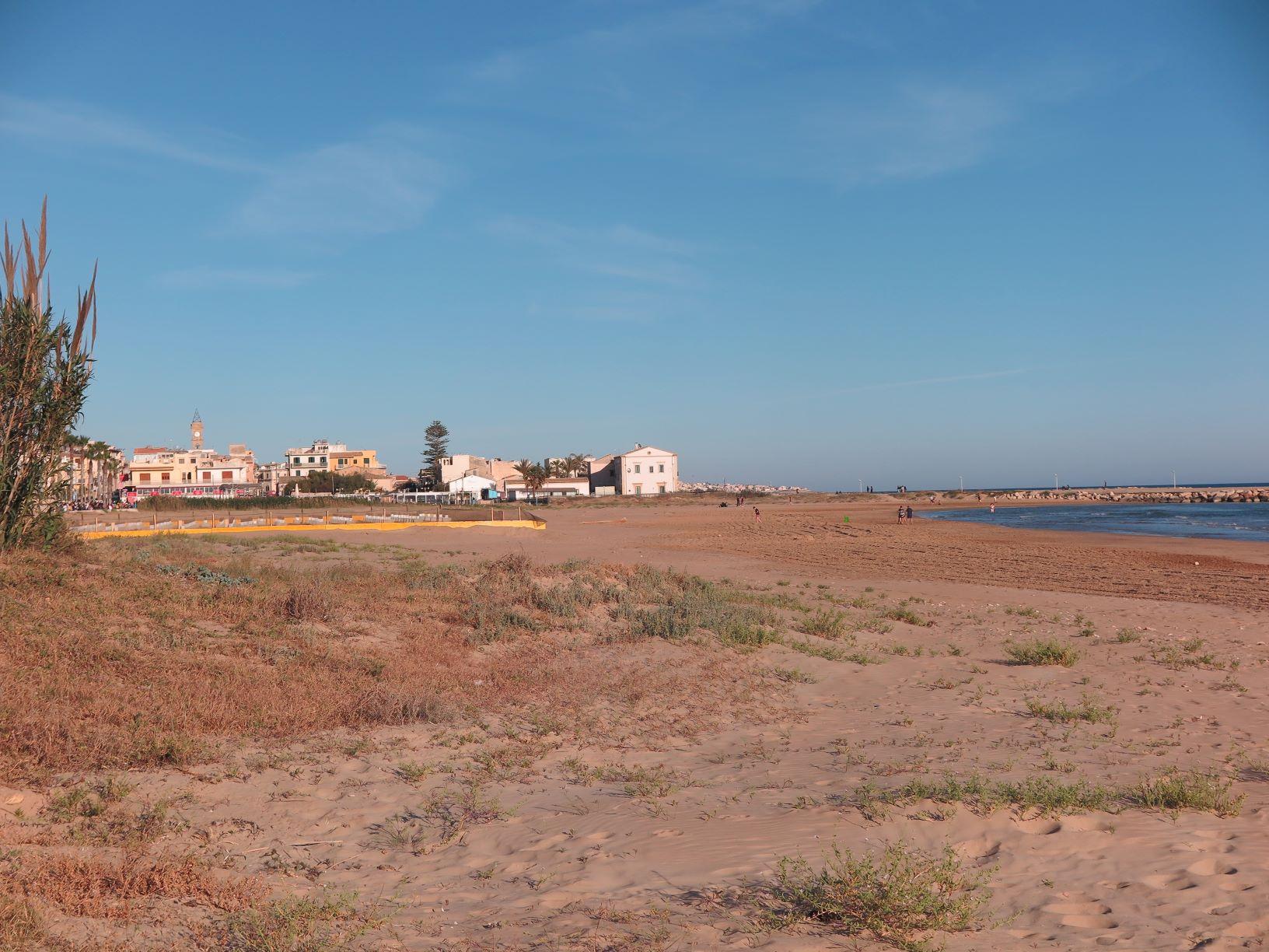 foto 1 la spiaggia di Ponente vista da ovest. Al centro il cantiere AGGRESSIONE ALLA SPIAGGIA LIBERA